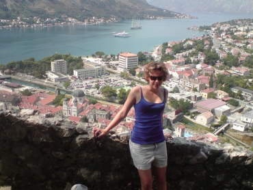 Csenge a várfalon,Kotorban