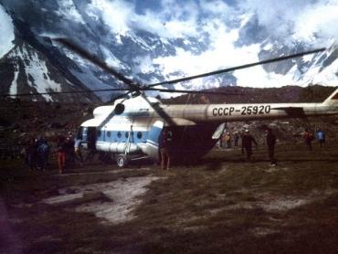 Helikopter szállít
