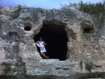 Cse a köteles barlang ajtajában